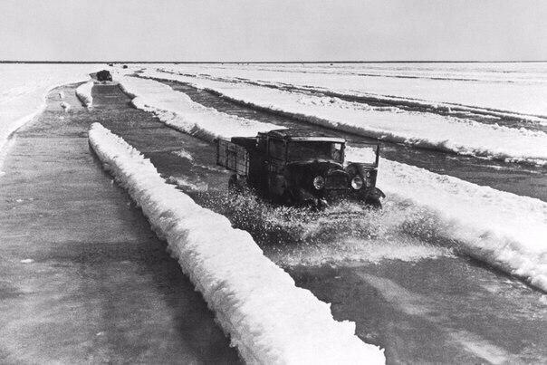 Дорога жизни: По тающему льду везут хлеб в блокадный Ленинград.