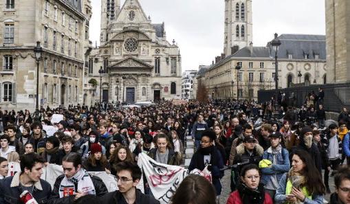 """""""Люблю эту шапку"""": Студент вышел на протест в Париже в буденовке"""