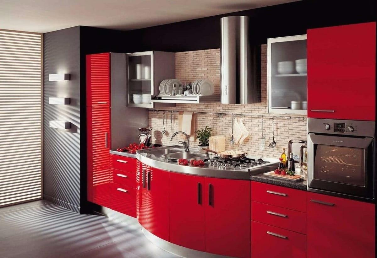 Декоративная кирпичная кладка над рабочей зоной органично впишется в любой интерьер кухни