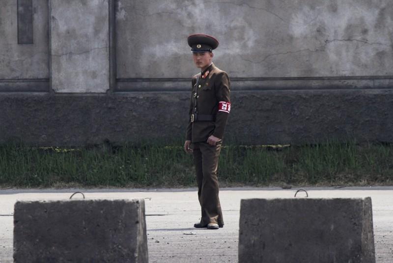 18. Суровый пограничник, 1 мая 2014. (Фото Jacky Chen | Reuters): Тоталитаризм, гранциа, китай, севераня корея
