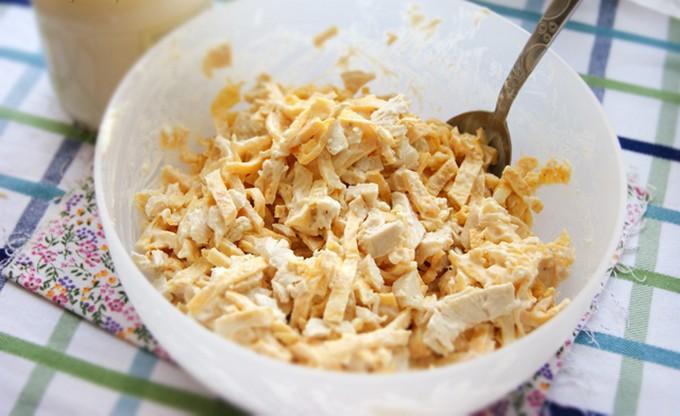 Салат с куриным филе и яичными блинчиками