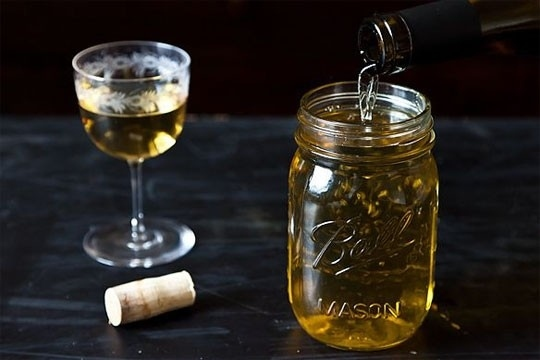 Используйте банку каменщика хранить остатки вина.