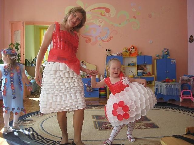 В дет. саду показ моды. Платье из одноразовых стаканчиков))) Оцените творчество.