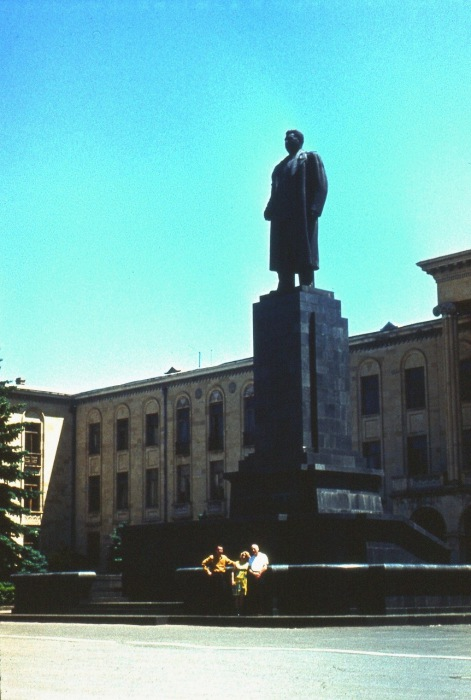 Шестиметровый монумент вождя в полный рост.