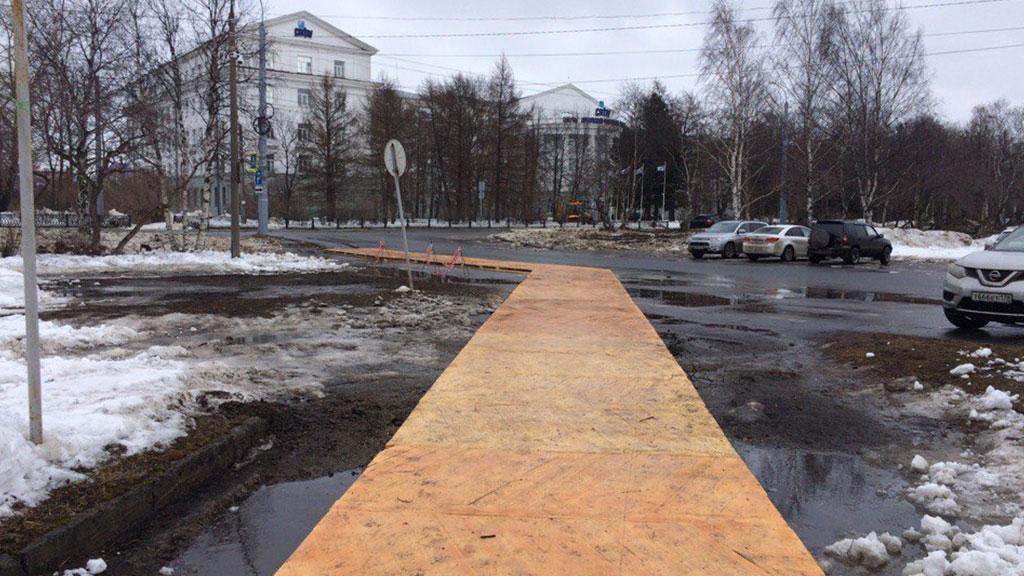 В Архангельске перед приездом Путина поверх асфальта положили паркет