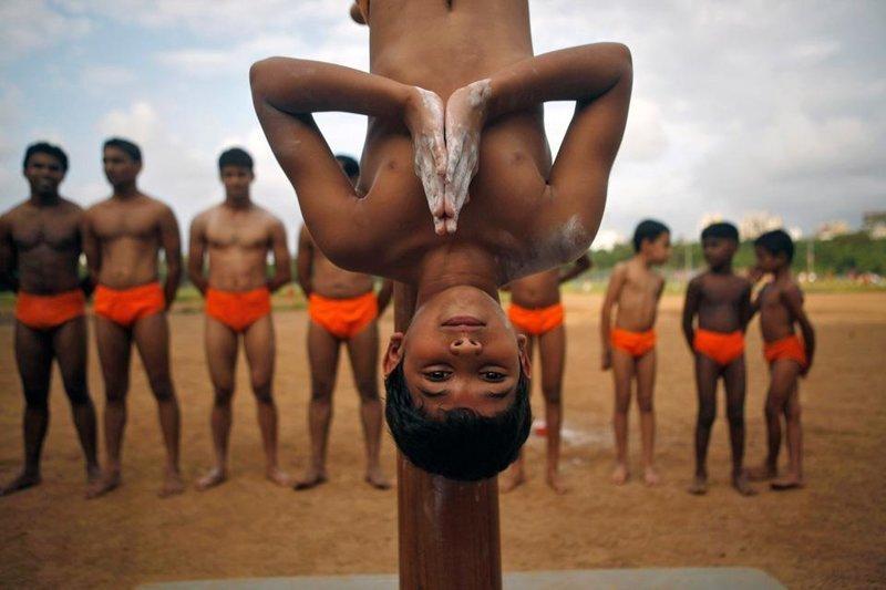 Невероятная акробатика йогов, которой в Индии учат с детства
