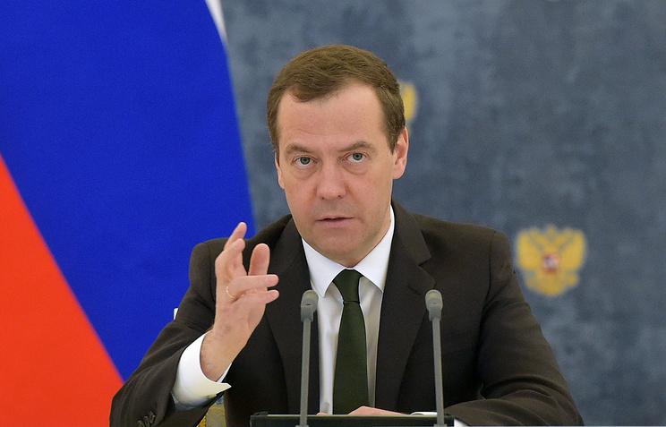 """Медведев назвал """"чушью и какими-то бумажками"""" якобы собранный на него компромат"""