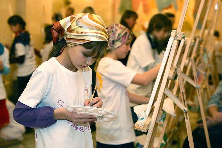 В преддверии Дня матери в Храме Христа Спасителя в Москве проходит акция «Крылья ангела»