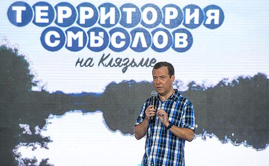 Медведев порекомендовал недовольным зарплатами учителям идти в бизнес