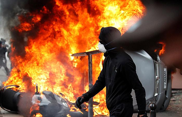 Капитализм – это безжалостная сволочь. Париж против нее бунтует, а мы – нет