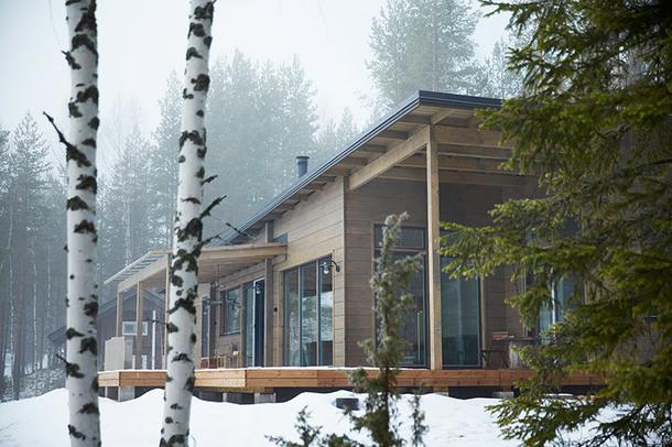 Стены дома площадью 108 м², выполнены из безусадочного бруса. Интересно, что для отопления используется геотермальный источник.