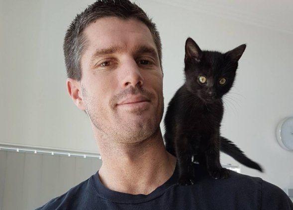 Я – маленький чёрный крейсер Натана! Кошка, спасенная семейной парой, невероятно удивила хозяев на пляже