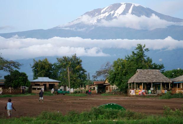Дома у подножия горы Килиманджаро в районе Хи, Танзания