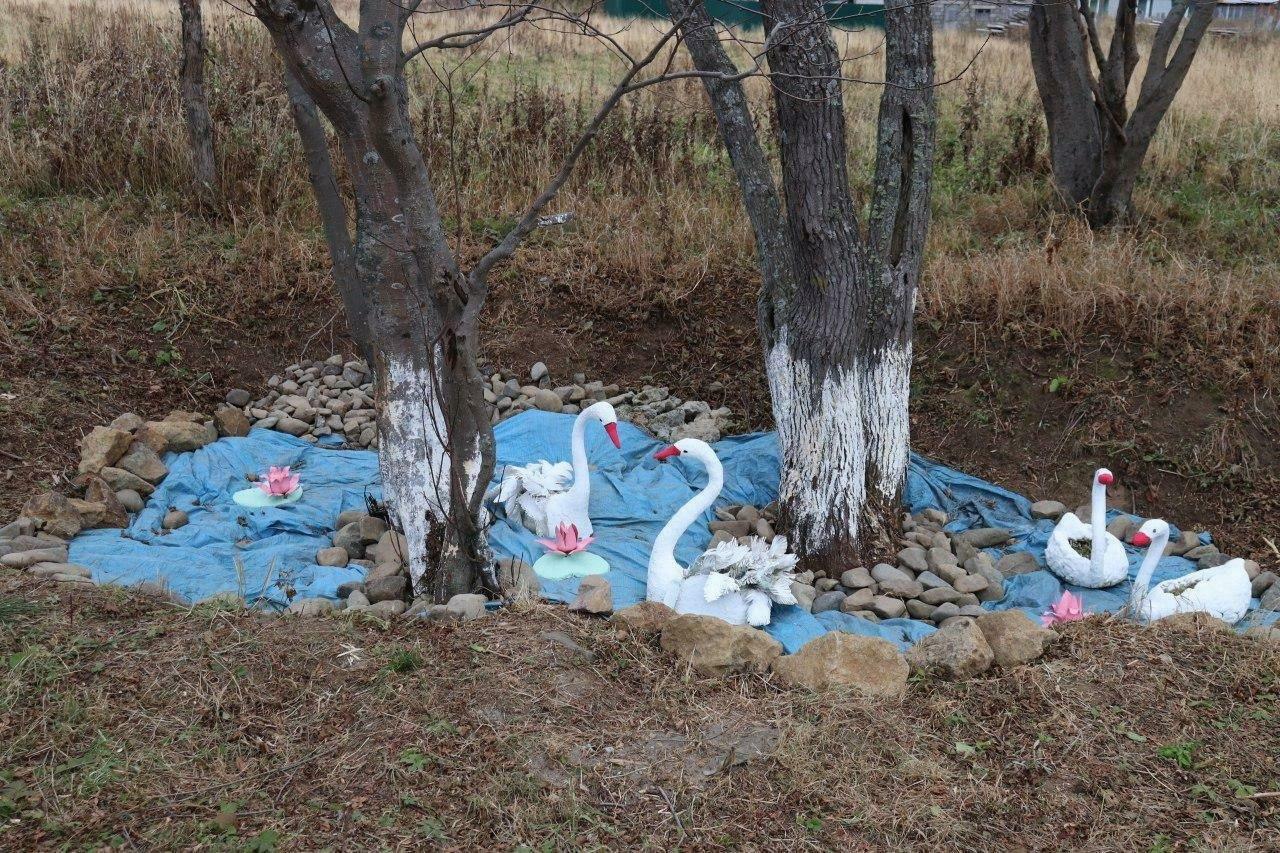 Торжественное открытие школьного сквера с поролоновыми русалками и тканевым прудом в Сахалинской области.