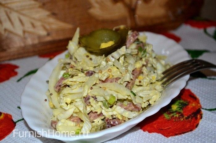 Салат из пекинской капусты с колбасой и маринованными огурцами