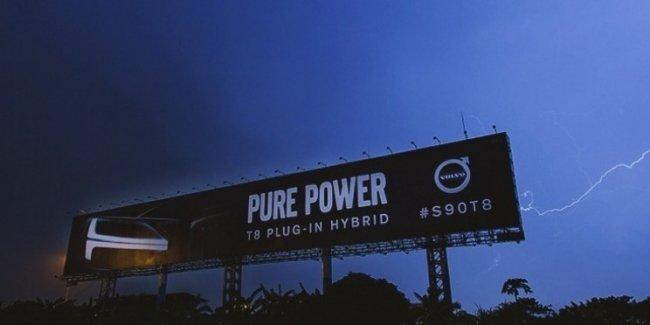 Компания Volvo «зарядила» рекламный билборд с помощью разряда молнии