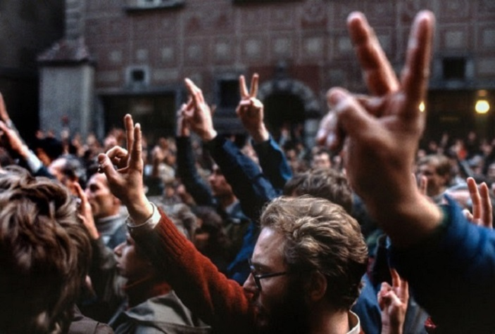 Вернувшийся на родину польский фотограф увидел, как народ свергает социализм
