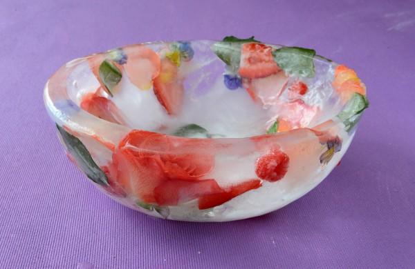 Можно замораживать цветы и фрукты одновременно, например, розу, малину и клубнику
