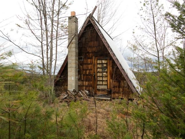 Бетель, штат Мэн, домик для рыбаков, которые приезжают сюда, чтобы зимой сверлить отверстия на льду и ловить рыбу в уединенном лесу