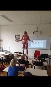 Голландская учительница показала детям свои органы