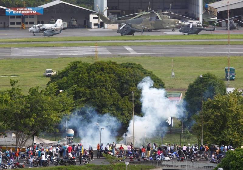 Венесуэльские протестующие попытались прорваться на военную авиабазу