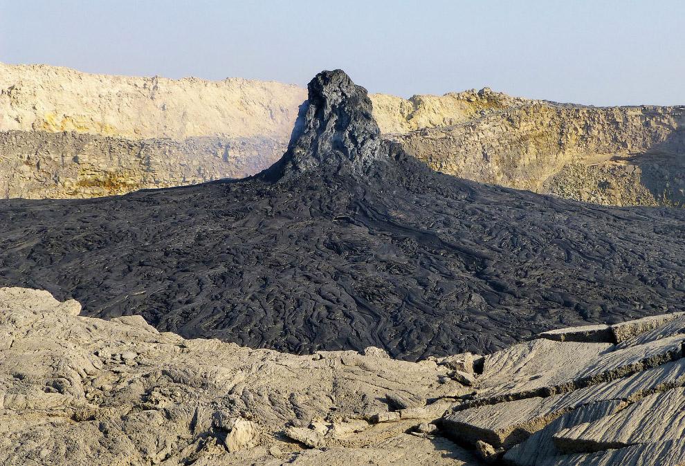 Лавовые образования во вторичном кратере вулкана Эртале