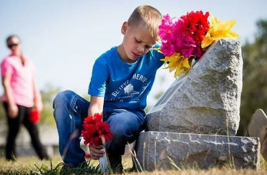 Взяли ребенка на кладбище