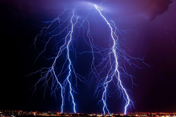 Скорость распространения молнии такова, что она может за секунду обежать Землю восемь раз....