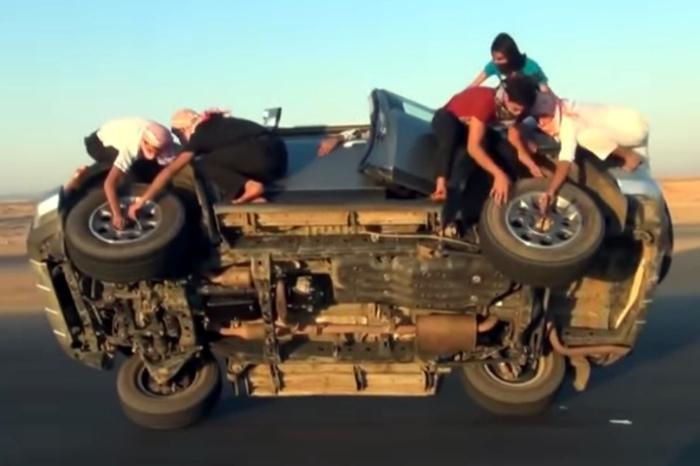 Люди и автомобили: 10 сумасшедших автотрюков, повторять которые не рекомендуется