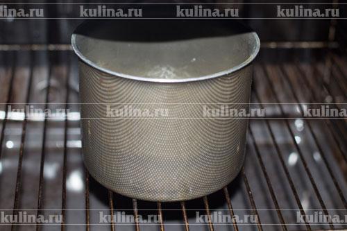 Поставить пирог в духовку, выпекать пирог в нагретой до температуры 180°С духовке в течение 40-50 мин или до готовности. Если поверхность начнет подгорать, накройте фольгой.