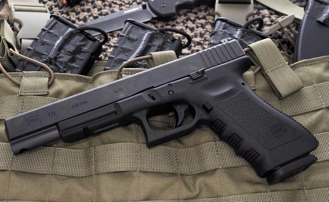 Glock-17 Нельзя пройти мимо одного из первых автоматических пистолетов, каркас которого был разработан из полимеров. Жесткая конструкция, короткий ход ствола, мощный патрон и увеличенный боезапас: прибавьте к этому хищные, опасные обводы корпуса и вы получите мечту каждого солдата.