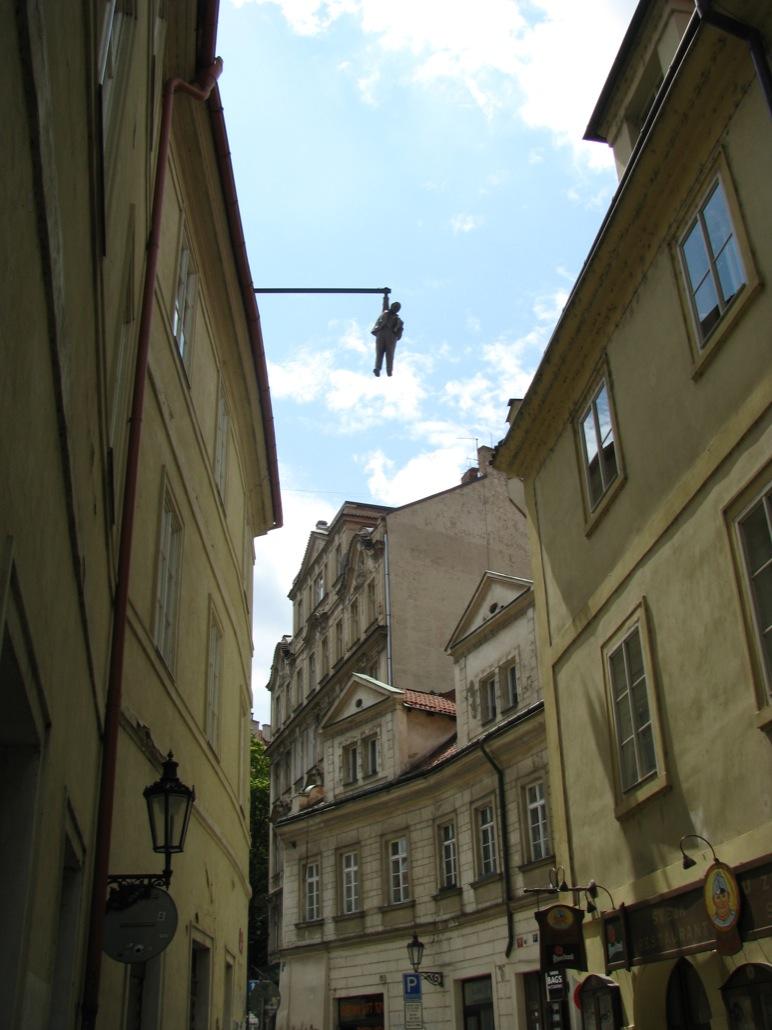Необычные памятники Праги. Скульптура «Висящий человек»