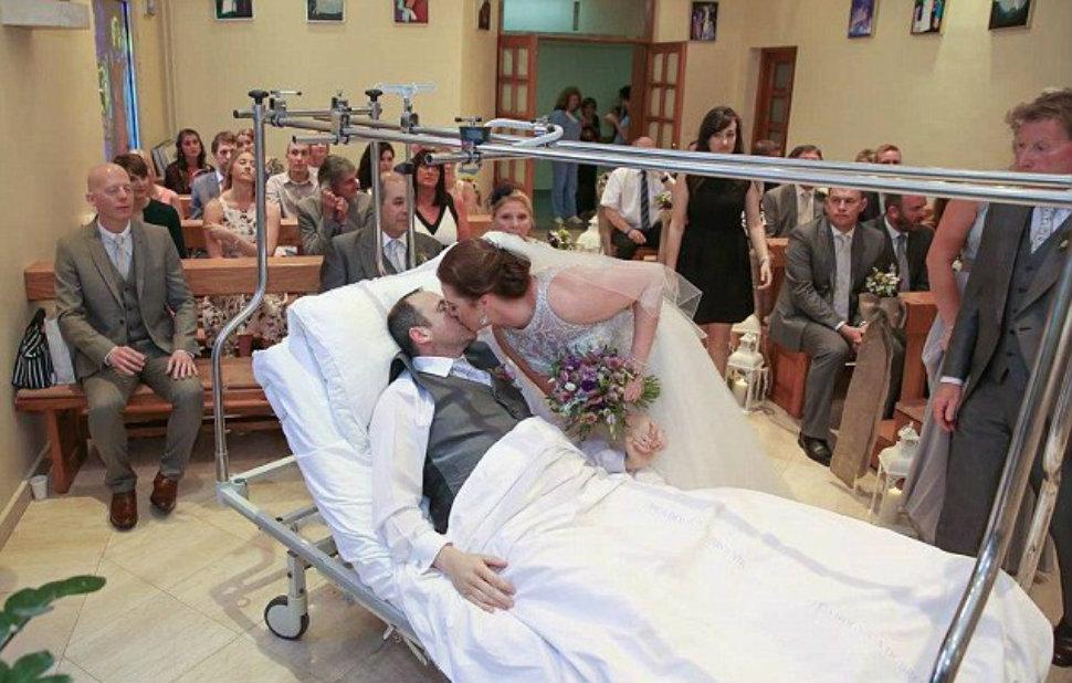Когда жених сломал ногу, молодожены отменили церемонию за 50 000 долларов и сыграли свадьбу в больнице