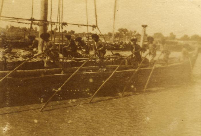 Матросы, работающие на судне вовремя плаванья.