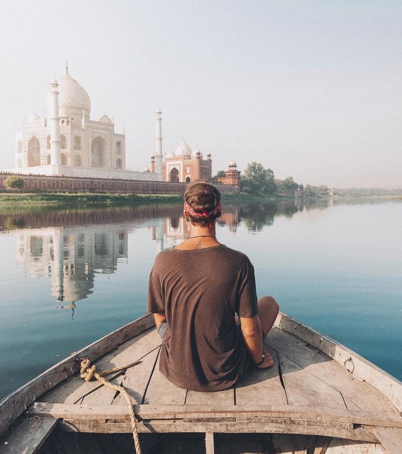 Джек Моррис — чистильщик ковров, бросивший работу, чтобы путешествовать по миру