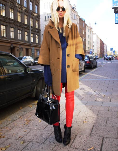 С чем носить красные брюки и джинсы — подборка стильных образов