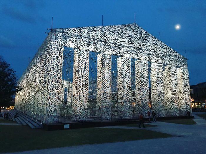 Художница создала полноразмерный греческий Парфенон из 100 000 запрещенных книг
