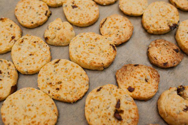 Сырное печенье с пряными травами