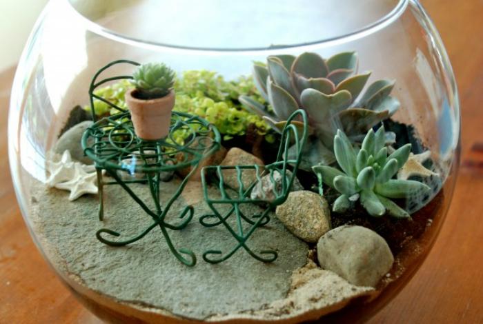 Миниатюрный сад со столиком и стульчиками.