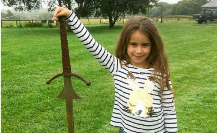 Да здравствует королева: семилетняя британка нашла в озере «меч короля Артура»