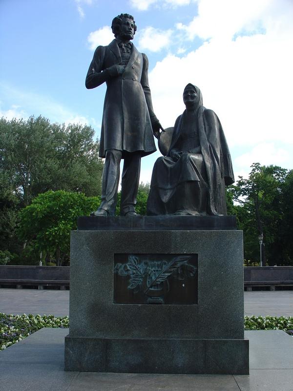 Памятник А.С.Пушкину и его няне Арине Родионовне.