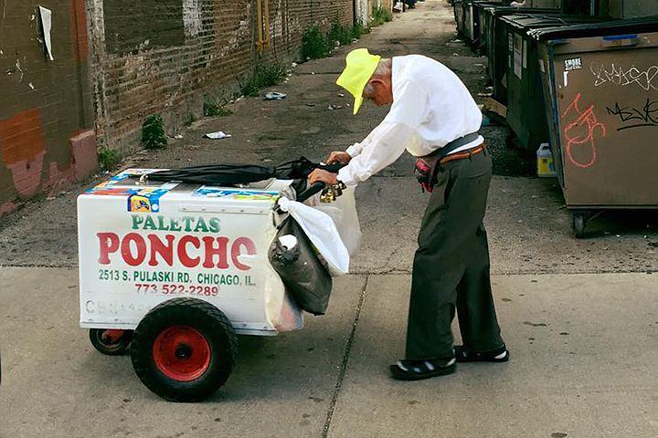Пользователи сети собрали 300 тысяч долларов для немощного старика-мороженщика