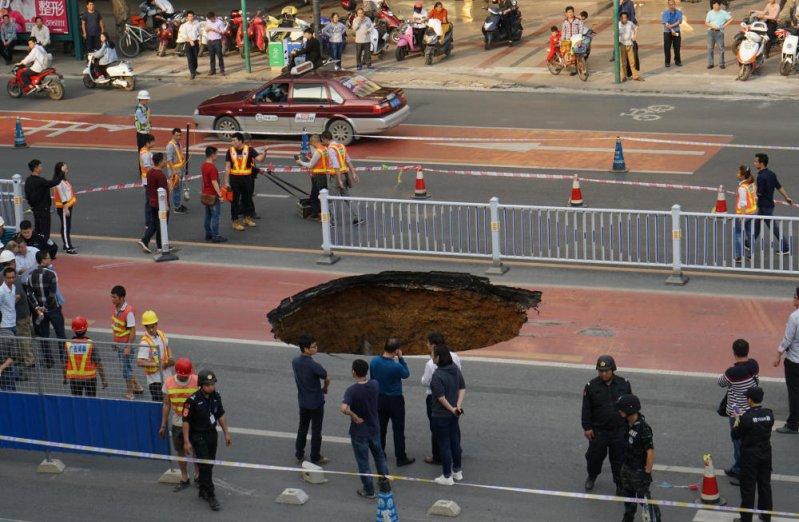 Пассажирский автобус едва не упал в огромную яму на дороге