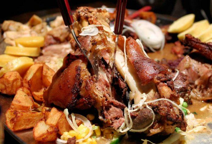 Для истинных ценителей мяса: нежная с хрустящей корочкой, свинная рулька по-чешски