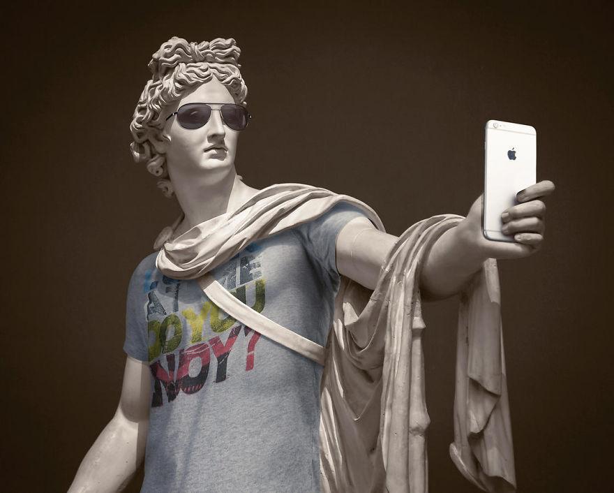 Античные статуи в современной одежде