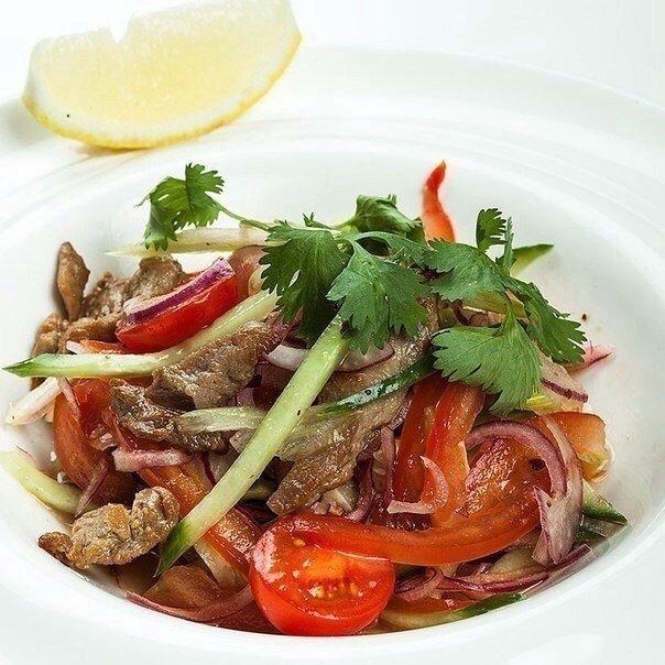 Замечательный салат из говядины и помидоров. Легко и полезно!