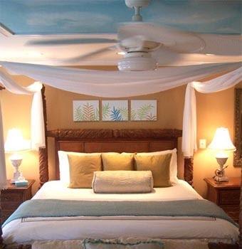 Покрасьте весь потолок в один цвет, а стены в другой