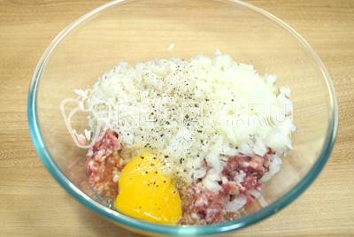 Добавить соль, перец и яйцо.