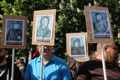 """В Запорожье на """"Бессмертный полк"""" принесли портреты героев """"Игры престолов"""""""
