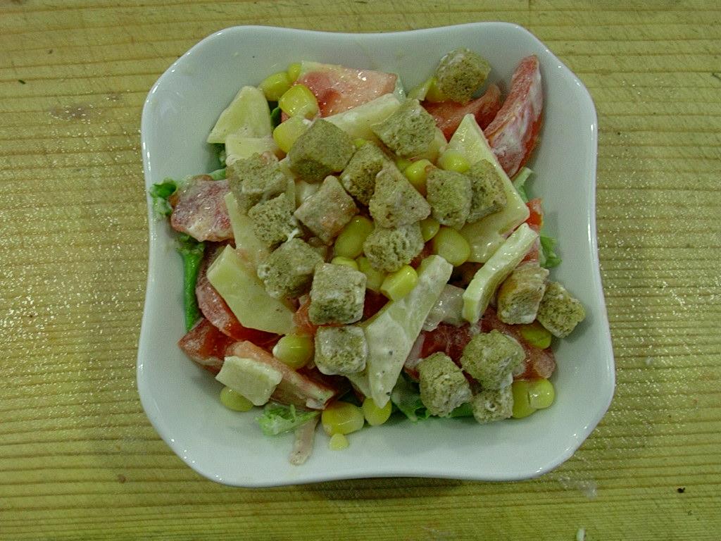 Слоеный салат с сухариками и помидорами